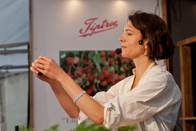 Food Photography Portfolio – Thomasina 'Tommi' Miers giving a cookery demonstration. © bokeh photographic (Alistair Grant): Food Photographer, St Ives, Cambridge.