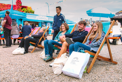 2017 Aldeburgh Food & Drink Festival: Festival attendees enjoying the music. © bokeh photographic (Alistair Grant): Freelance Photographer Cambridge.